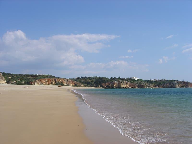 O triatlo terá o segmento de natação na bela praia de Ferragudo