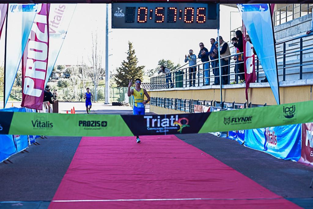 O vencedor João Ferreira a chegar a meta. O atual campeão nacional de triatlo longo quer seguir carreira na PSP