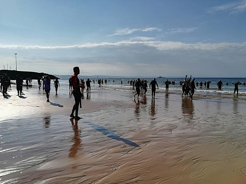 A praia da Torre encheu-se logo de manhã com triatletas, acompanhantes e staff tornando o ambiente muito acolhedor