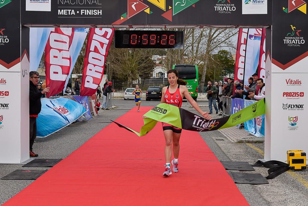 Madalena Almeida, do Alhandra Sporting Clube, a passar a meta em primeiro lugar