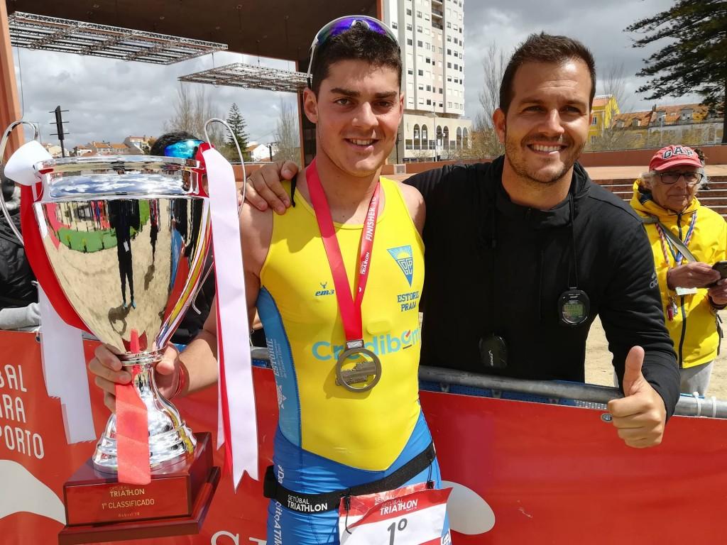 O vencedor da prova a festejar ao lado do treinador, Paulo Antunes