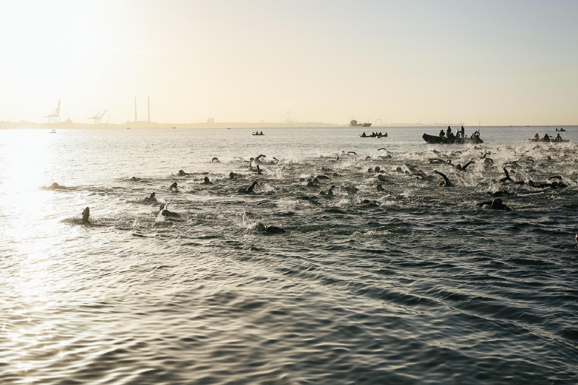 Atletas na água no Setúbal Triathlon 2018