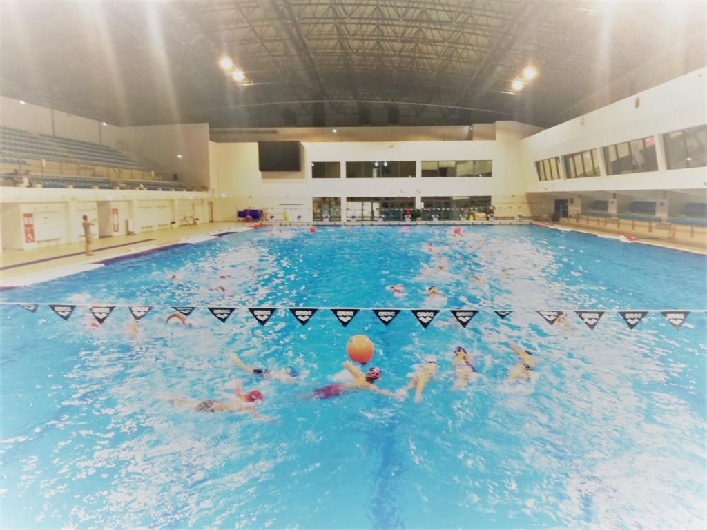 A colocação de boias na piscina simulou um treino de águas abertas