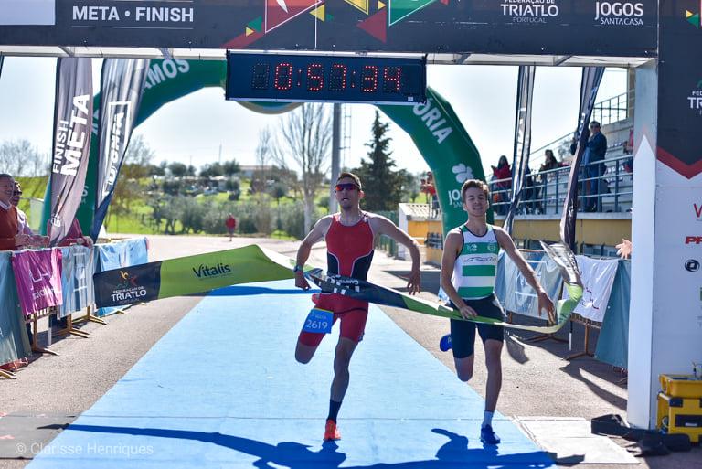 Os dois atletas chegaram quase em simultâneo, sendo preciso recorrer a foto finish