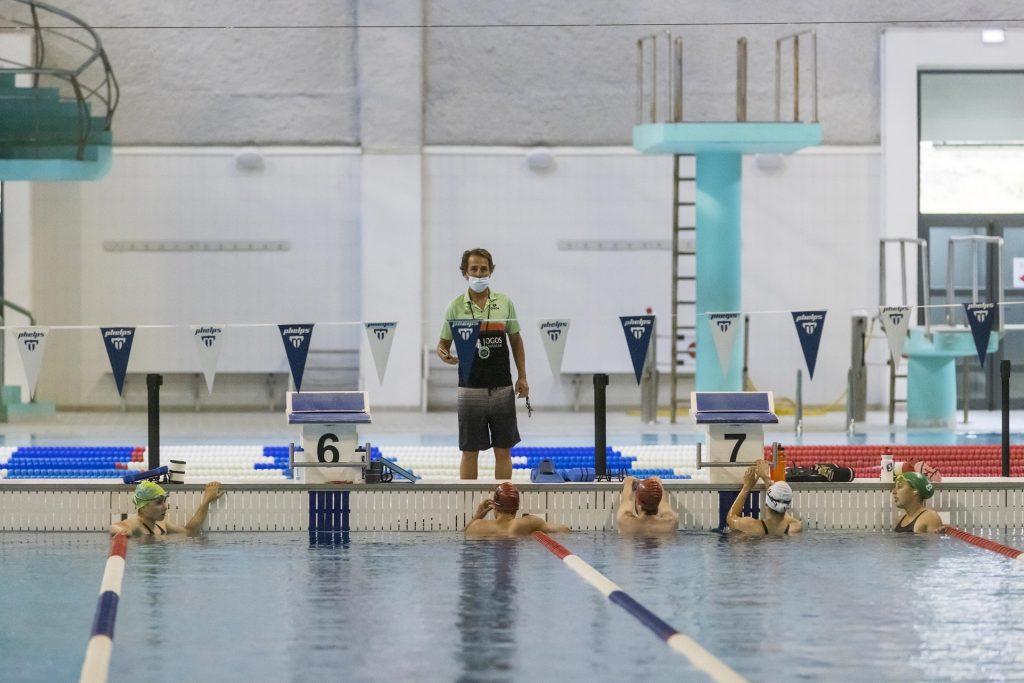 Os triatletas treinam diariamente o segmento de natação